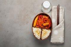 木午餐boxe用准备好健康的食物为工作或学校去,膳食准备或者前面节食的概念 在老 免版税库存照片