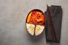 木午餐boxe用准备好健康的食物为工作或学校去,膳食准备或者前面节食的概念 在老 图库摄影