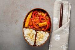 木午餐boxe用准备好健康的食物为工作或学校去,膳食准备或者前面节食的概念 在老 库存照片