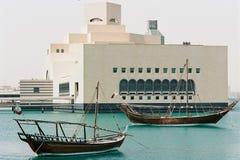 木单桅三角帆船和博物馆在多哈卡塔尔 免版税库存照片