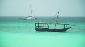 木单桅三角帆船小船突然移动和摇摆在波浪 影视素材
