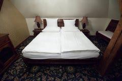 木卧室的家具 免版税库存图片