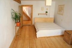 木卧室的楼层 免版税库存照片