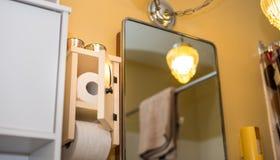 木卫生间卫生纸分配器和持有人与新月形月亮门 在卫生间,文书工作从未完成 免版税库存照片