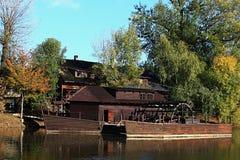 木历史船磨房在Kollarovo,斯洛伐克,在秋季期间 库存图片