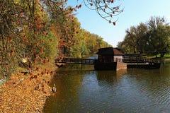 木历史船磨房在Kollarovo,斯洛伐克,在秋季期间 免版税库存照片