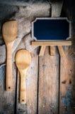 木厨房器物和板在木背景 图库摄影