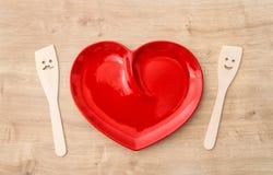 木厨房器物和红色桌布 滑稽的工具 免版税库存照片