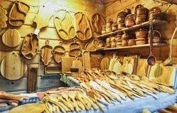 木厨房器物在圣诞节市场上在里加拉脱维亚 免版税图库摄影