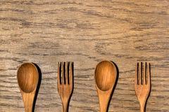 木厨房用具在木纹理背景中 库存照片