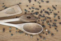 木厨房绞拌器用芬芳胡椒豌豆 库存照片