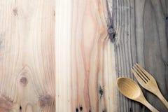 木叉子和匙子在木桌上 免版税图库摄影