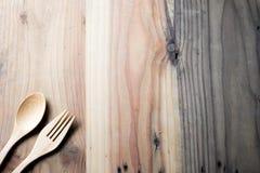 木叉子和匙子在木桌上 库存图片