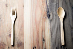 木叉子和匙子在木桌上 图库摄影
