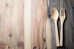 木叉子和匙子在木桌上 免版税库存图片