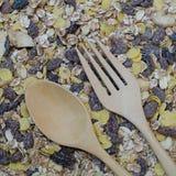 木叉子和匙子在燕麦剥落 免版税图库摄影