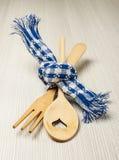木叉子和匙子栓与蓝色毛巾婚礼概念 库存照片
