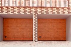 木双重车库门 在新的大厦的现代车库 免版税图库摄影