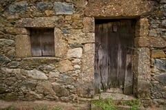 木变老的门的视窗 库存图片
