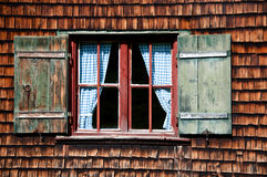 木古老房子日志墙壁的视窗 免版税库存图片