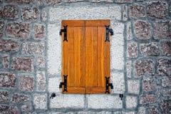 木古色古香的土气石墙的视窗 免版税库存图片