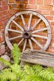 木古色古香的支架的轮子 免版税库存照片