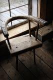 木古色古香的椅子的视窗 免版税图库摄影