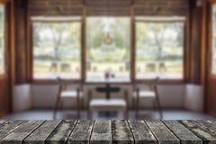 木台式有迷离室背景, 免版税库存图片