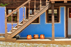 木台阶和一个老房子在从t的Koprivshtitsa保加利亚, 库存照片
