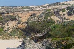 木台阶在Malhao靠岸,维拉Nova de Milfontes 库存图片