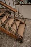 木和在布鲁塞尔电烙艺术在一个老大厦的Nouveau楼梯, 免版税库存照片