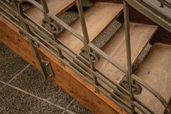木和在布鲁塞尔电烙艺术在一个老大厦的Nouveau楼梯, 免版税库存图片