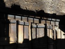 木和石表面的组合抽象背景与光和阴影斑点  免版税库存照片