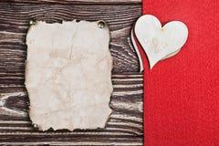 从木和老纸雕刻的心脏 免版税库存图片