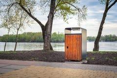 木和金属垃圾桶在公园 免版税库存图片
