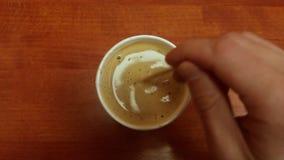 木咖啡杯的表 搅动在一个杯子的手咖啡在木桌上 股票视频