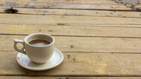 木咖啡杯的表 图库摄影