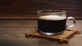 木咖啡杯的表 库存照片