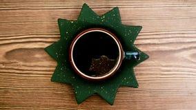 木咖啡杯的表 免版税库存照片