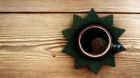 木咖啡杯的表 免版税库存图片