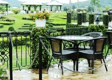 木咖啡桌在庭院背景设置 免版税库存图片