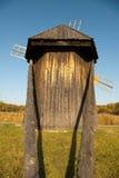 木回到蓝天视图的风车 免版税库存图片