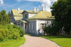 木国家(地区)前庭院的房子 免版税库存照片
