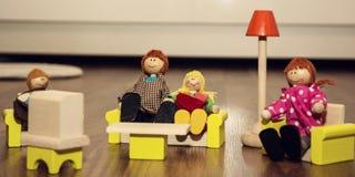 木图的可爱的家庭,减速火箭的玩具 免版税库存图片