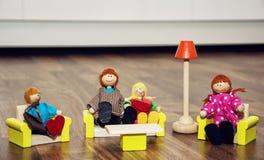 木图的逗人喜爱的家庭,减速火箭的玩具 免版税库存照片