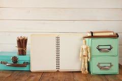 木图画模型、五颜六色的铅笔和开放笔记本 免版税图库摄影