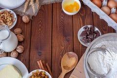 木土气厨房板顶视图与有机成份的厨师蛋糕的 免版税图库摄影