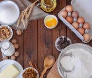木土气厨房板顶视图与有机成份的厨师蛋糕的 免版税库存图片