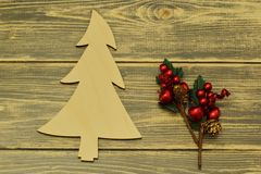 木圣诞树和圣诞装饰在黑暗的背景 葡萄酒 库存图片