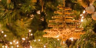 木圣诞树装饰,垂悬在树里面 免版税图库摄影